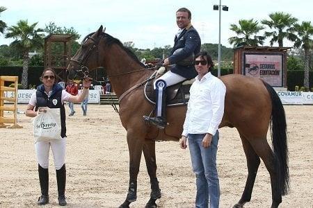 Miguel Bonastre entregando el premio a Rubén Gómez en el Gran Premio del CSN3*