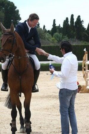 Miguel Bonastre entregando el premio cuatro veces olímpico Bruce Goodin